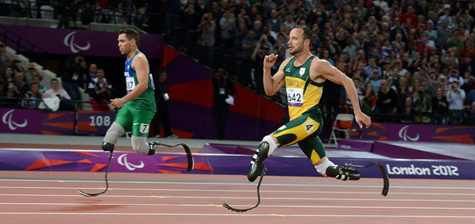 Brazilian Alan Fonteles Cardoso Oliveira (L) and Oscar Pistorius ® compete during the London 2012 Paralympic Games. JULIAN STRATENSCHULTE/AAP